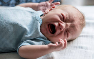 Колики у новорожденных – что делать?
